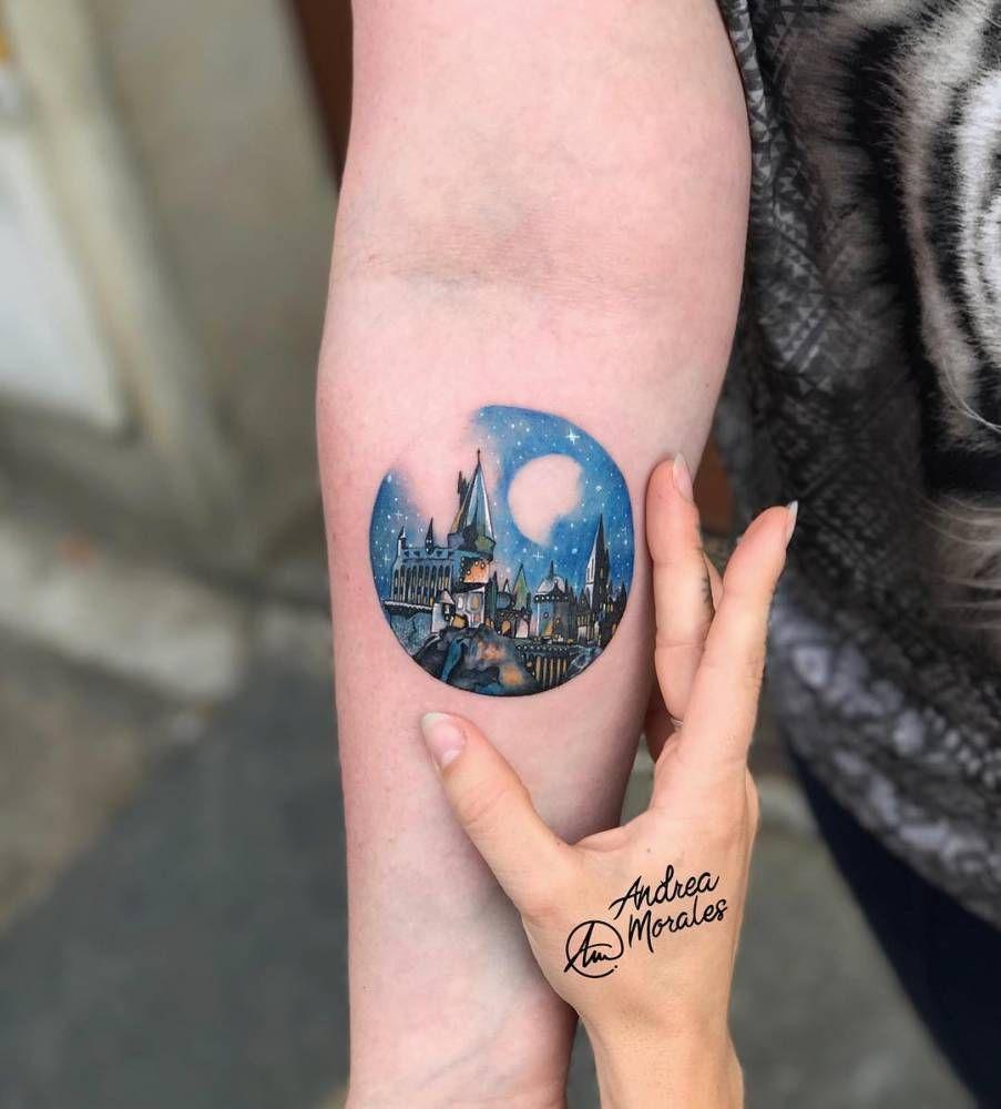 Microrealismo De 8cm Del Castillo De Hogwarts Nocturno De Harry Potter Que He Hecho Hoy En Ink La Tatuaje De Hogwarts Tatuaje Circular Tatuajes De Harry Potter