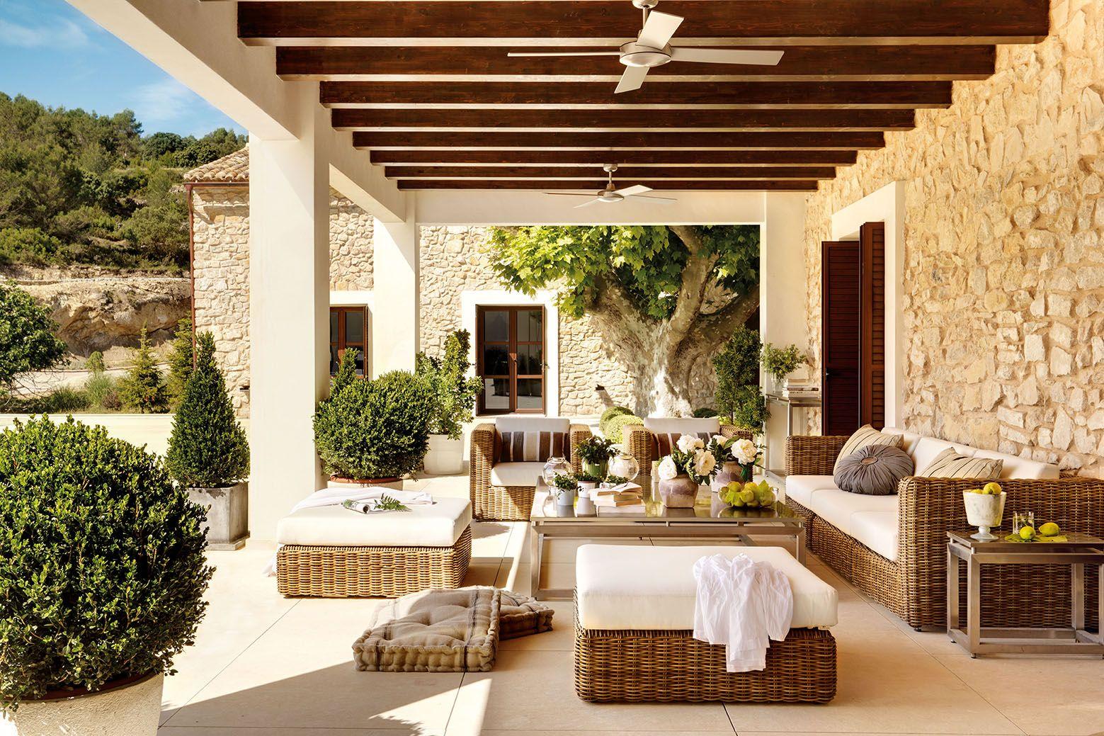 Un porche en tonos c lidos terrazas outdoor rooms - Casas de campo por dentro ...