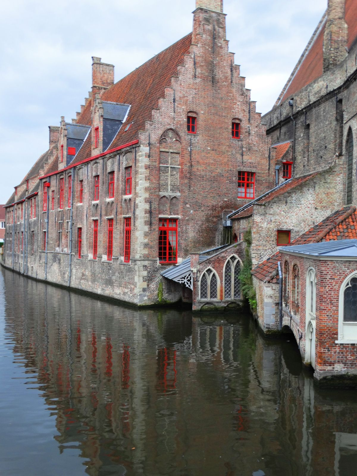 Brugge - Although the tourist center is crowded with day visitors, the city empties out in the early evening.