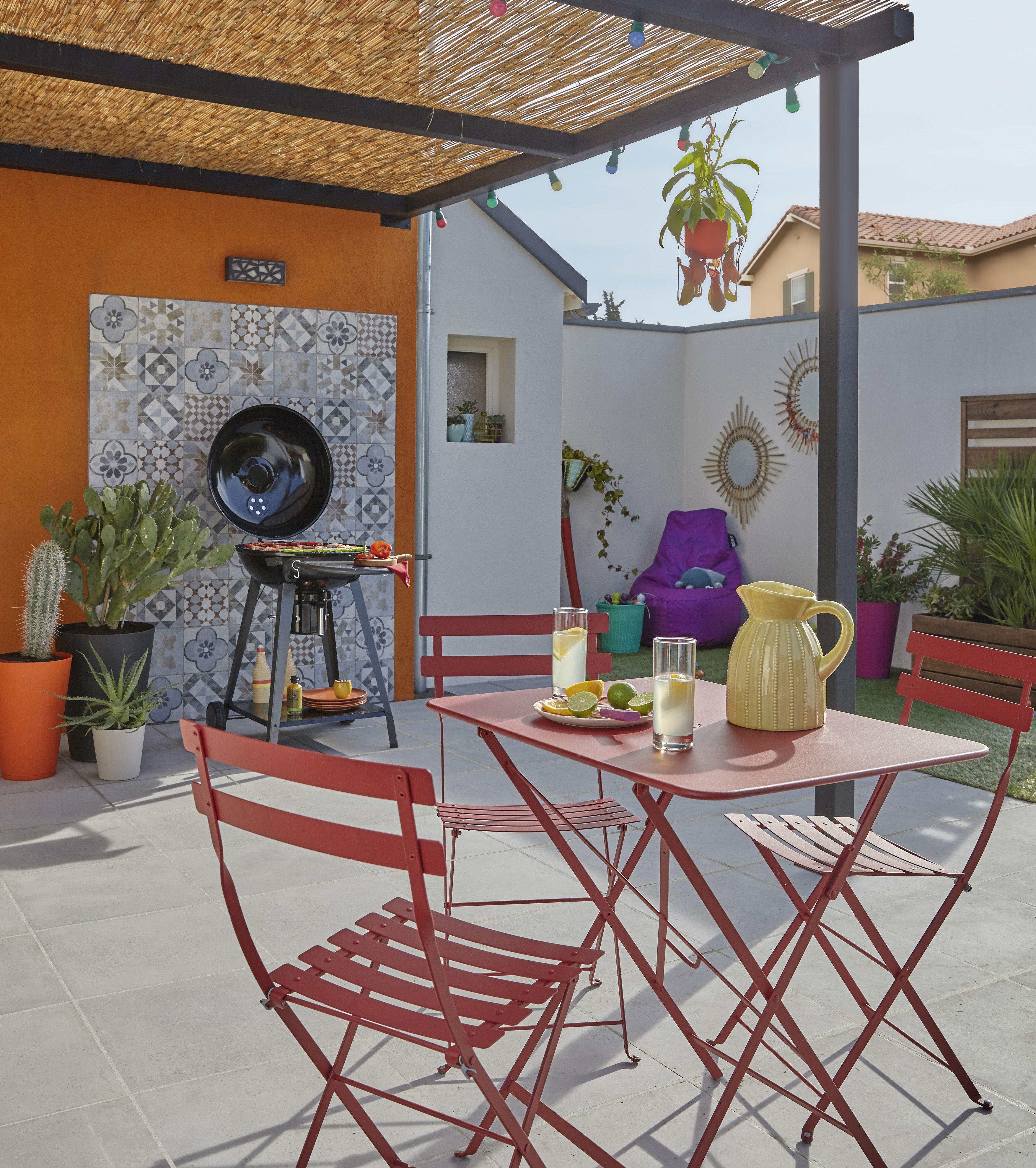 Une table de jardin Fermob en acier rouge pliante pour des repas