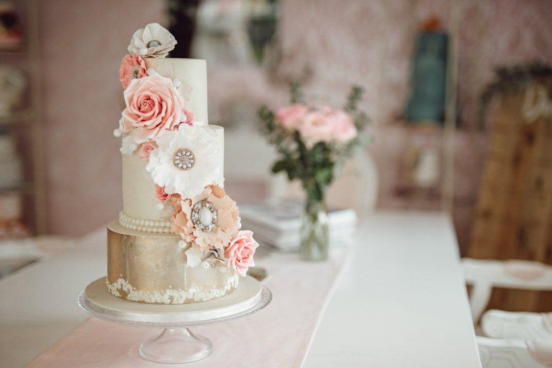 Dreistöckige Hochzeitstorte mit Rosen aus Zucker. Wedding