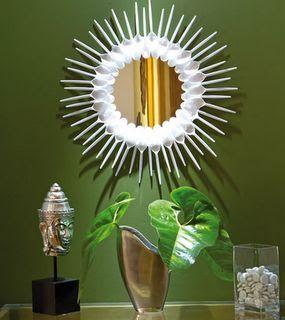 Ya sea comprando o mejor reciclando, las cucharas de plástico decoran muy lindo los espejos. Puede que no te importe recolectar las cucharas...