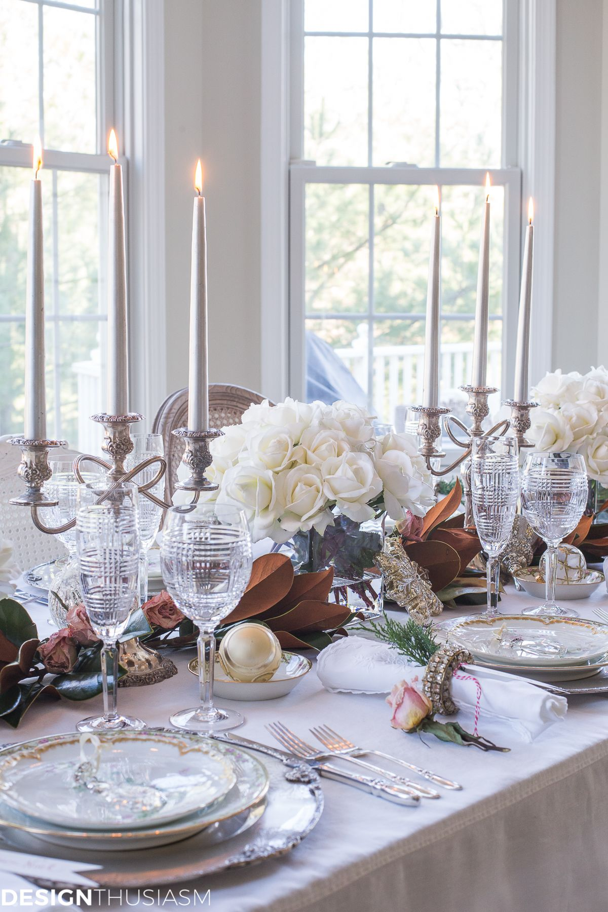 Holiday Table Settings White Roses And Magnolia Leaves Holiday Table Settings Christmas Table Settings Table Settings