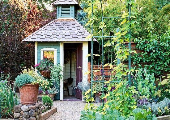 Gartenhaus Klein gartenhaus holz steine pflanzen retro schick klein praktisch