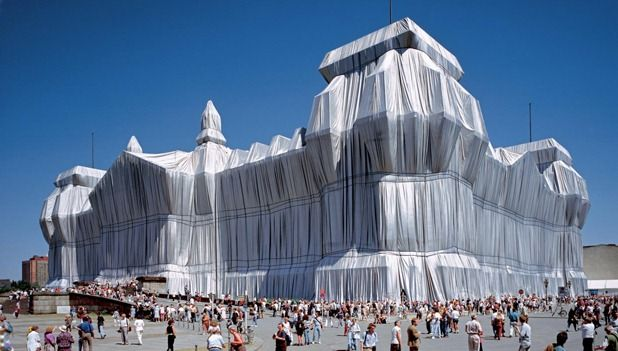 Christo and Jeanne-Claude: Wrapped Reichstag, Berlin 1971-95 Photo: Wolfgang Volz. ©1995 Christo + Wolfgang Volz