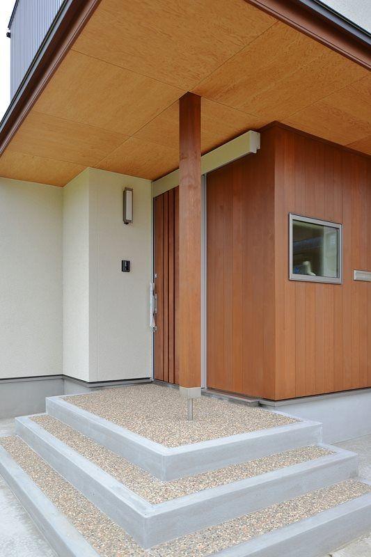 完成クリーニング後のt邸の玄関ポーチ 天井のウェルドパネル 米杉の