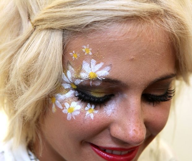 we love pixie lott 39 s daisy face paint at v festival 2011 frisur. Black Bedroom Furniture Sets. Home Design Ideas