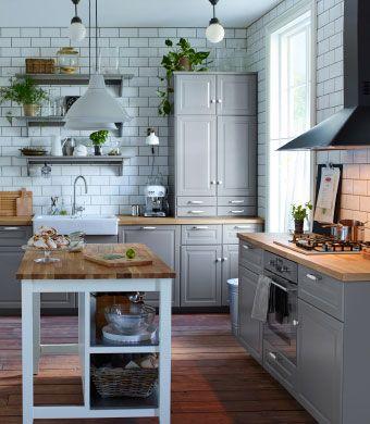 Tradisjonelt grått kjøkken med BODBYN fronter, porselenskum og frittstående enhet med vitrinedører