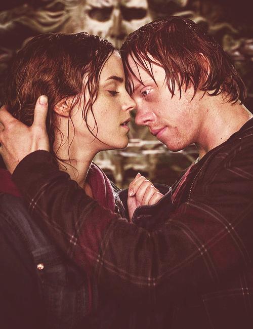 är Ron och Hermione dating i dödsrelikerna