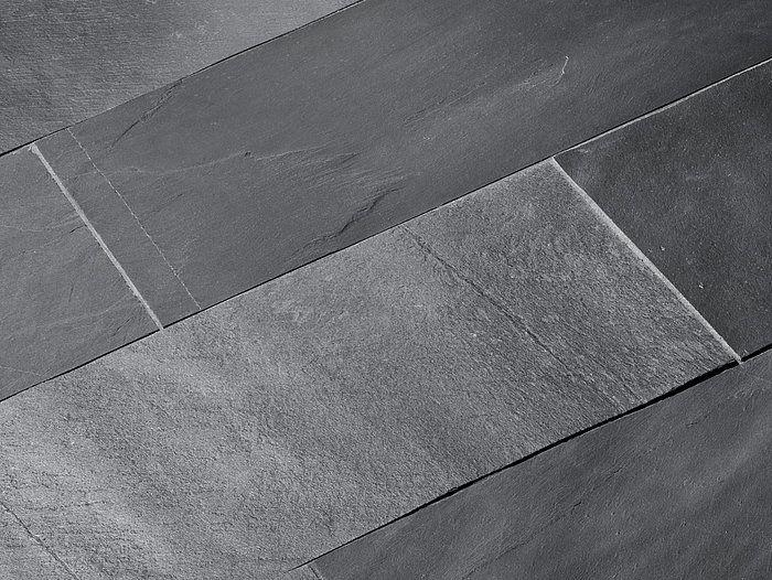 Während manche Fliesen in mattem Schwarz erstrahlen, scheinen andere metallisch-grau zu schimmern. Ein abwechslungsreicher Schiefer! – stonenaturelle