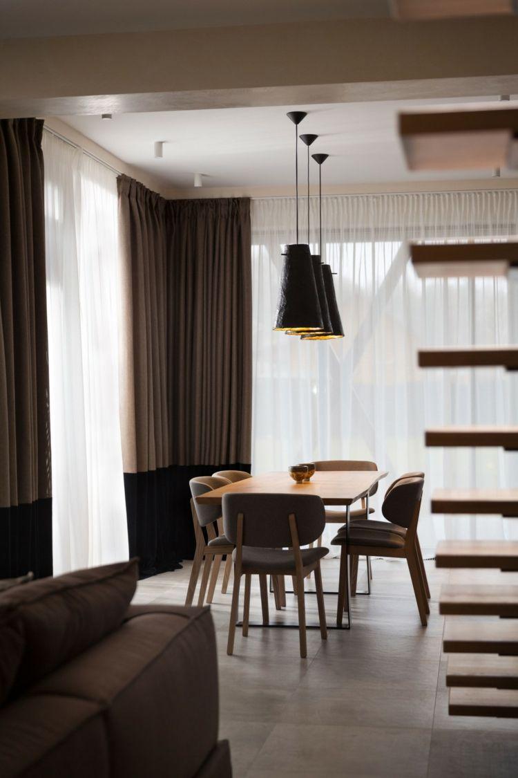 Haus Design mit Akzent Regal und Fassade in dunkler Farbe