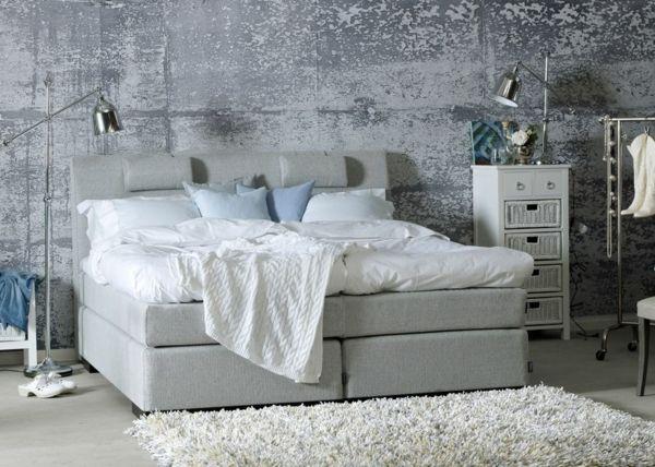 Schlafzimmer · Wandfarbe Stehlampe Fellteppich Betonoptik Grau Sofa