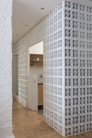 apto. jd. paulistano, em são paulo | projeto: alan chu | parede divisória entre cozinha, sala e corredor feita com cobogó