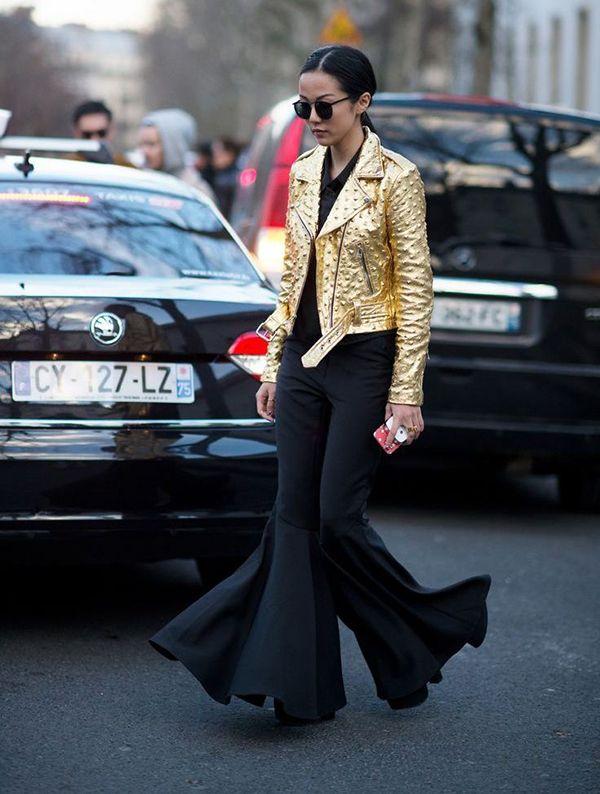 blogueira yoyo cao usa jaqueta dourada e calça flare