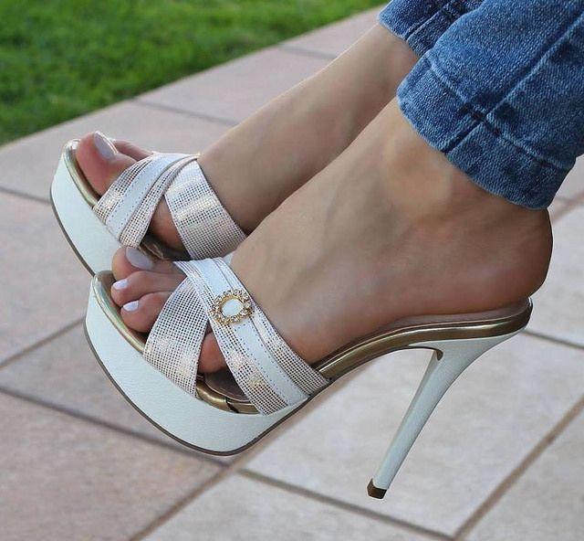 pin von footjobeuse carolin auf sexy feet in sexy mules pinterest schuhe pumps und jeans. Black Bedroom Furniture Sets. Home Design Ideas