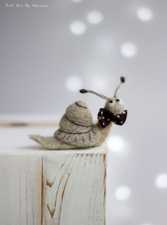 Nadelstichschnecke-Nadel-Felttiertiere-Snail With A Brown Tie-Art Doll-Miniatur-Wool-Handmade-Brown-Gift Idea-Cozy