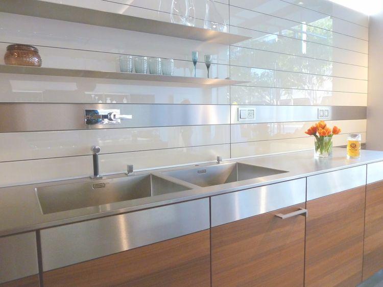 wandpaneele f r k che aus glas und geb rstetem edelstahl. Black Bedroom Furniture Sets. Home Design Ideas