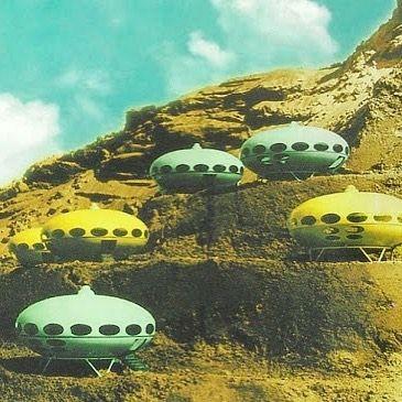 future house by matti suuronen  いやおもしろい プラスチックが未来の素材ともてはやされた時代プラスチック製の家までも作られたんですね  未来と宇宙感 名前も未来  ふふふ夢があって楽しいなあ 当時これを見た人たちどんな反応だったんだろ  #spacey #house #arkitecture #mattisuuronen #tinyhouse #futuro by harupion