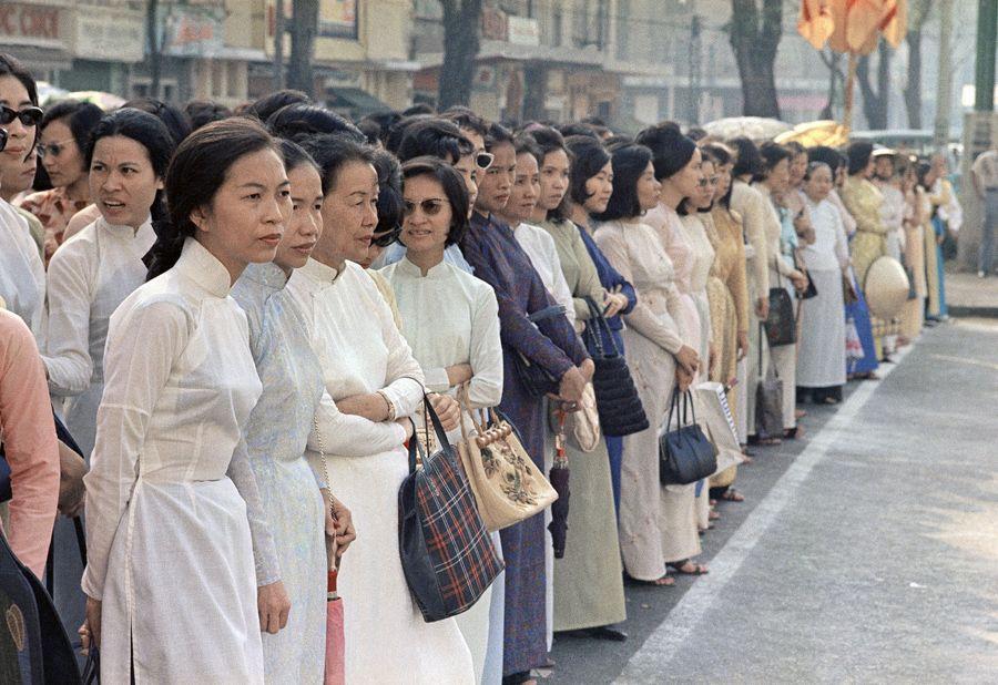 Eddie Adams, April 1968, Vietnamese women on the streets of Saigon