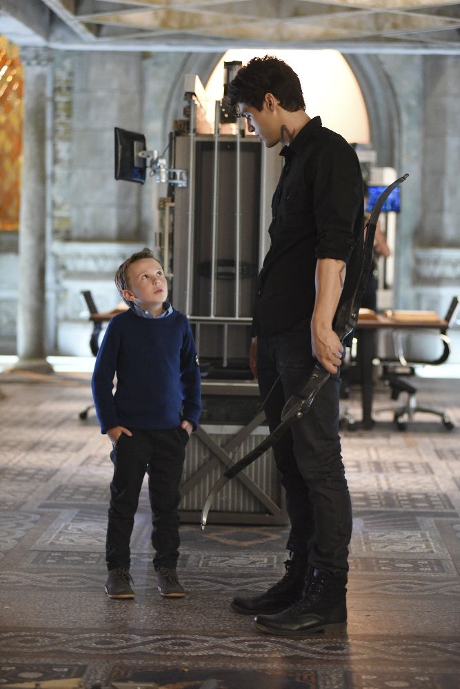 Max Lightwood with big bro Alec #Shadowhunters 1×08 Max isn't really how I imagined him but this is still adorable. :3