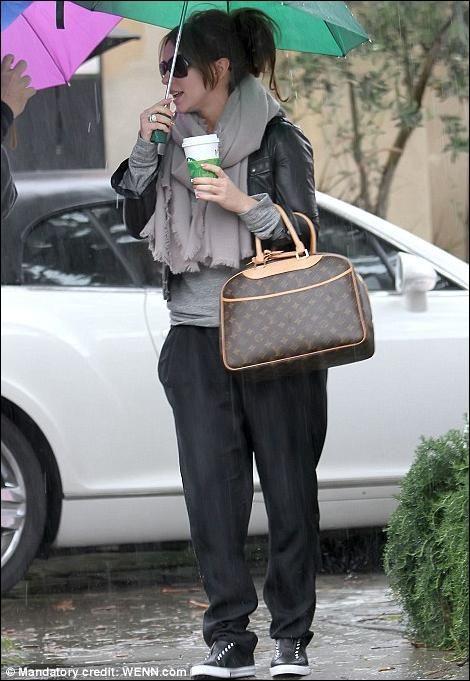 7d99681b3 Jennifer Love & her LV Deauville Satchel @ #MoshPosh | Celebrity ...