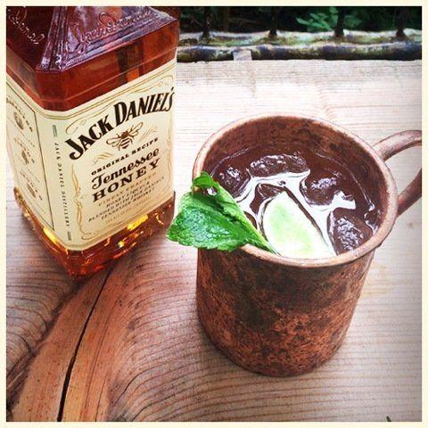 Dulce y gustoso, este coctel es perfecto para papá. Mezcla jugo de limón con jarabe de jengibre, miel de Jack (Jack Honey), hojas de menta y hielo picadito. Adórnalo con una rodaja de limón y una ramita de menta.