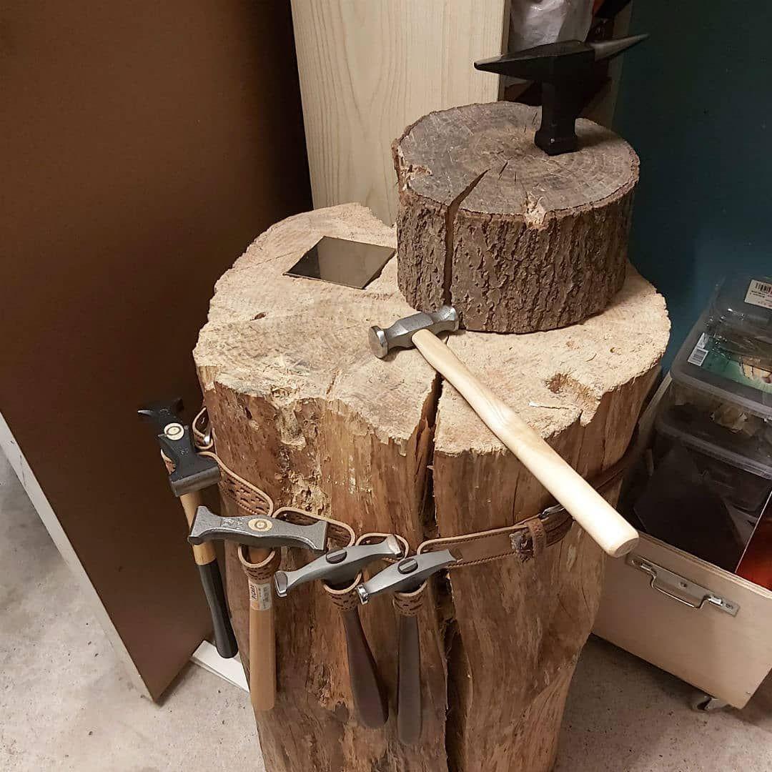Min bæredygtige huggeblok. Tak til metalsmithsociety for det gode forslag til et bælte til hamrene, så er de lige ved hånden når jeg skal bruge dem.  My  sustainable chopping block.  A huge thank you to metalsmithsociety for the great idea with fitting a belt for the hammers, they they are right where I need them . . . . . #unika #unikasmykker  #smykker #smykkertilsalg #smykkersælges  #smykkeværksted #håndlavedesmykker #smykkesmedjen #smykkerandreikkehar  #danskdesign  #personligesmykk