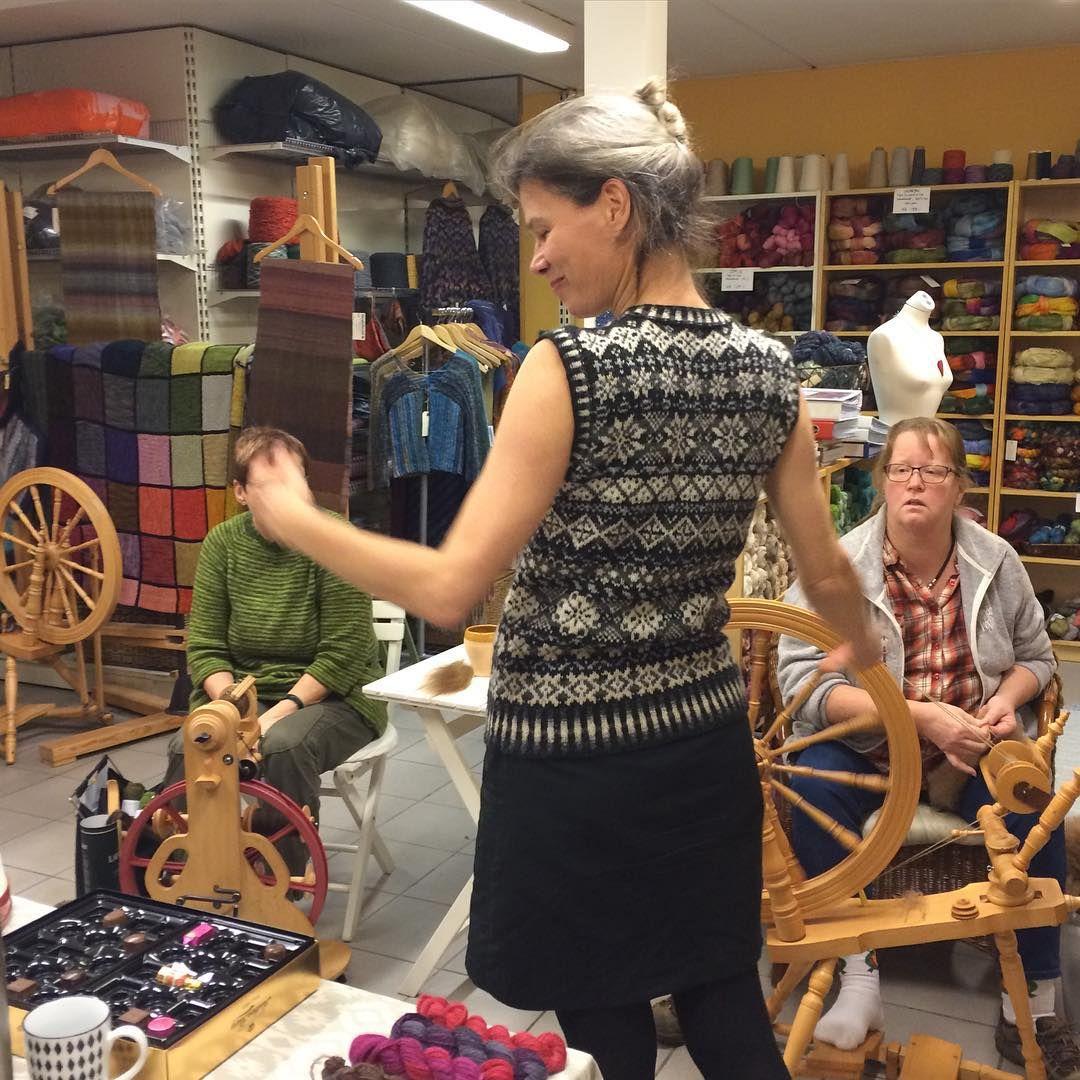 Spind i GarnGalleriet i aften. Elisabeth viser sin smukke fair isle slipover. #jamiesonandsmith #2plyjumperweight #slipover #vest #spinding #spindeforeningen #garngalleriet #garngal