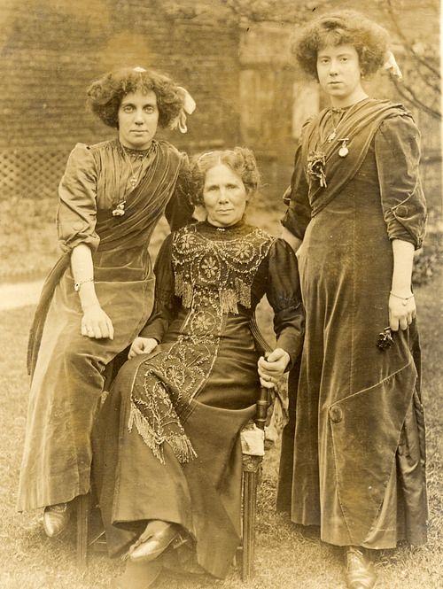 Aesthetic dress of the Victorian dress reform movement ~ love 'em.