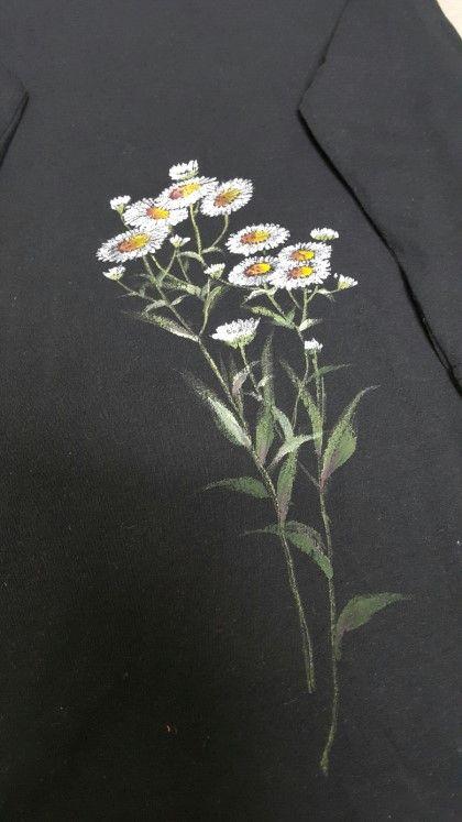 까만 아사면 티셔츠에 하얀 개망초 피우고나니 청순하기 그지 없습니다 브라질식 자수 손 자수 꽃 패브릭 페인팅