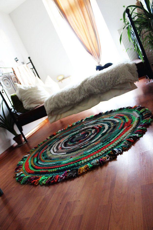♥ Wundervoller handgemachter Fransen-Teppich aus Wolle ..ob vorm Bett, im Kinderzimmer oder vorm Sofa...einfach mal auf dem Boden sitzen:] ... oder liegen..kuscheln oder den Teppich streicheln, ist alles toll :)  Der Fransen-Teppich wurde liebevoll von Hand hergestellt... ♥