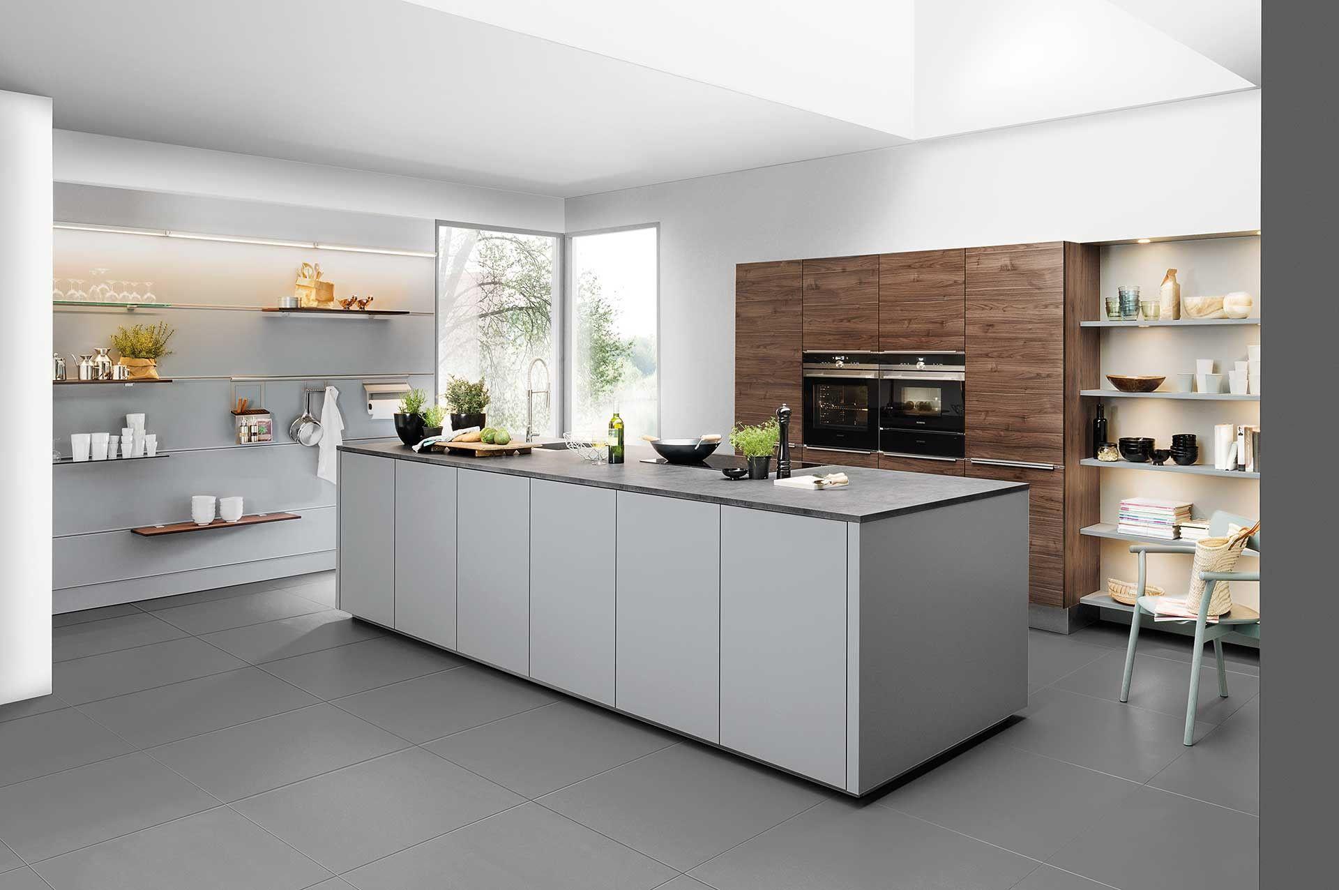 Grijze keuken met hout accenten de lichtgrijze kleur in deze