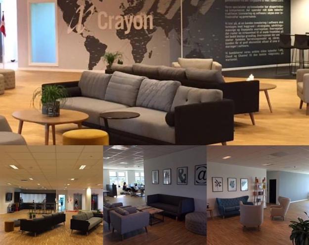 sofa med forskellige sofapuder