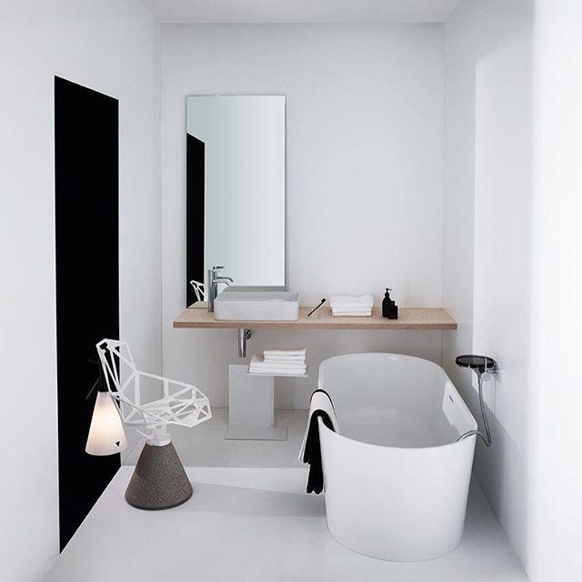 WEBSTA @ arkpad - O designer alemão Konstantin Grcic desenhou para a empresa Laufen uma linha de cubas e uma banheira. Ele apostou em formas geométricas e design simples. Veja mais em arkpad.com.br/blog #banheiro #bath #bathroom #interiores #arkpad
