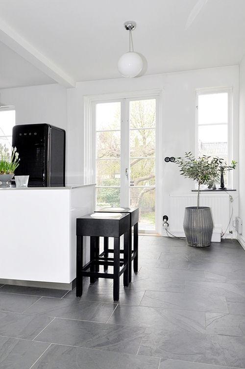 pin von melanie merkoffer auf kitchen graue fliesen schiefer fliesen und gro e bodenfliesen. Black Bedroom Furniture Sets. Home Design Ideas