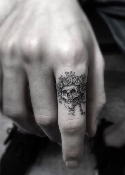 probably one of the best finger skull tattoos I've see. Artist: Dr. Woo (Shamrock Social Club)