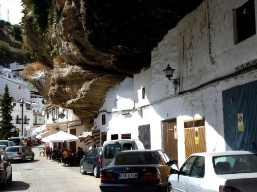 Setenil de Bodegas, pueblo al nordeste de Cádiz, España. Se encuentra bajo una impresionante roca que cubre casi la totalidad del pueblo. Han adaptado la arquitectura a la roca, lo que resulta sumamente pintoresco .