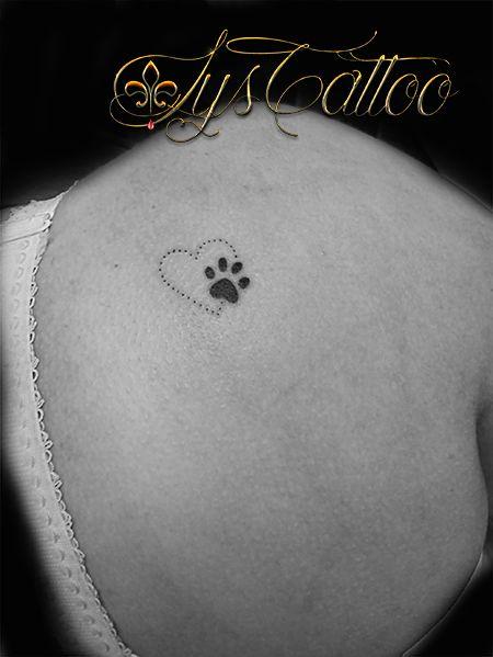tatouage haut du dos épaule femme petit coeurs discret et féminin