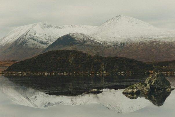 Les montagnes et le lac