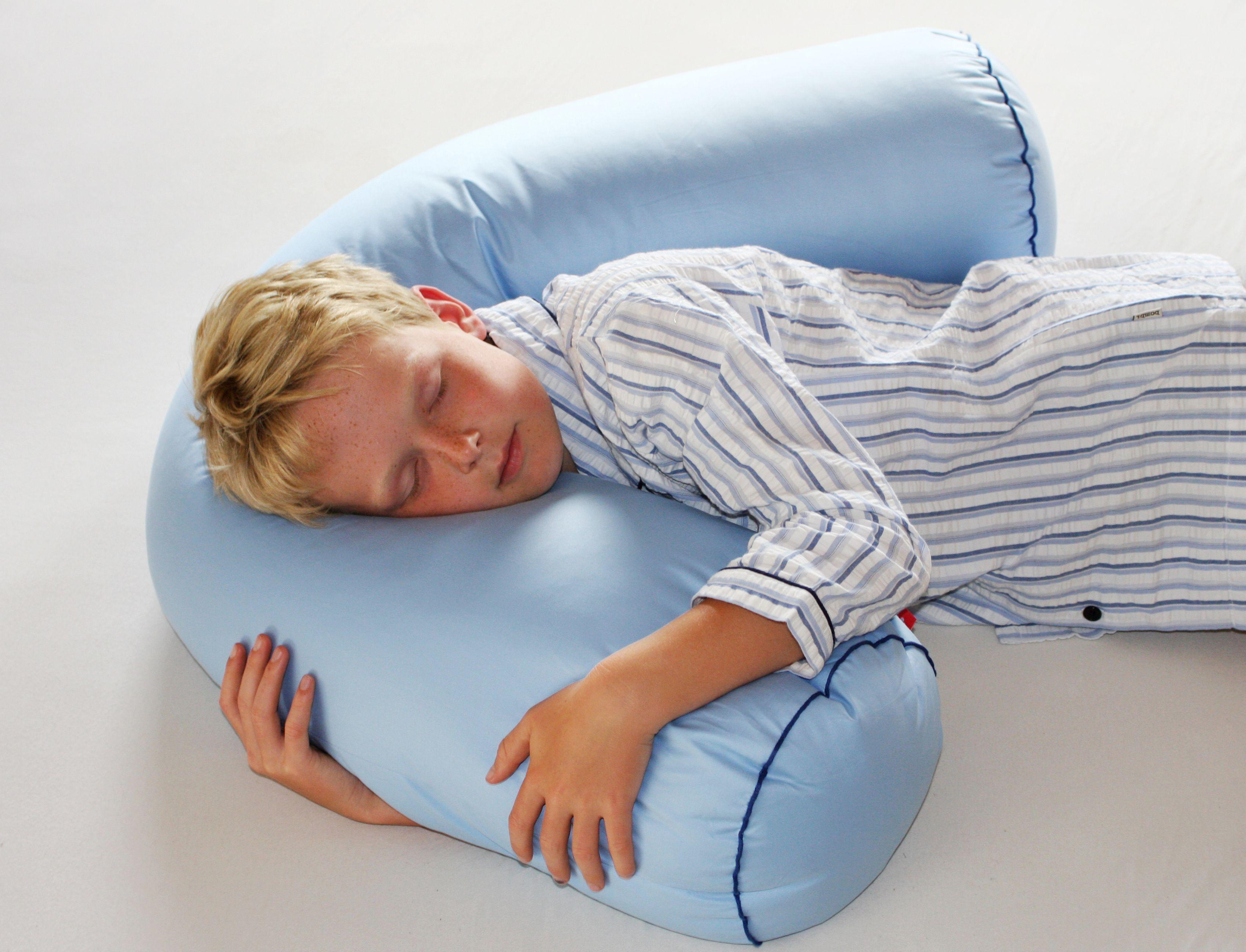 Dormire Con Cuscino In Mezzo Alle Gambe.Il Cuscino Boomerang La Sua Originale Forma Ad U E Pensata Per Chi