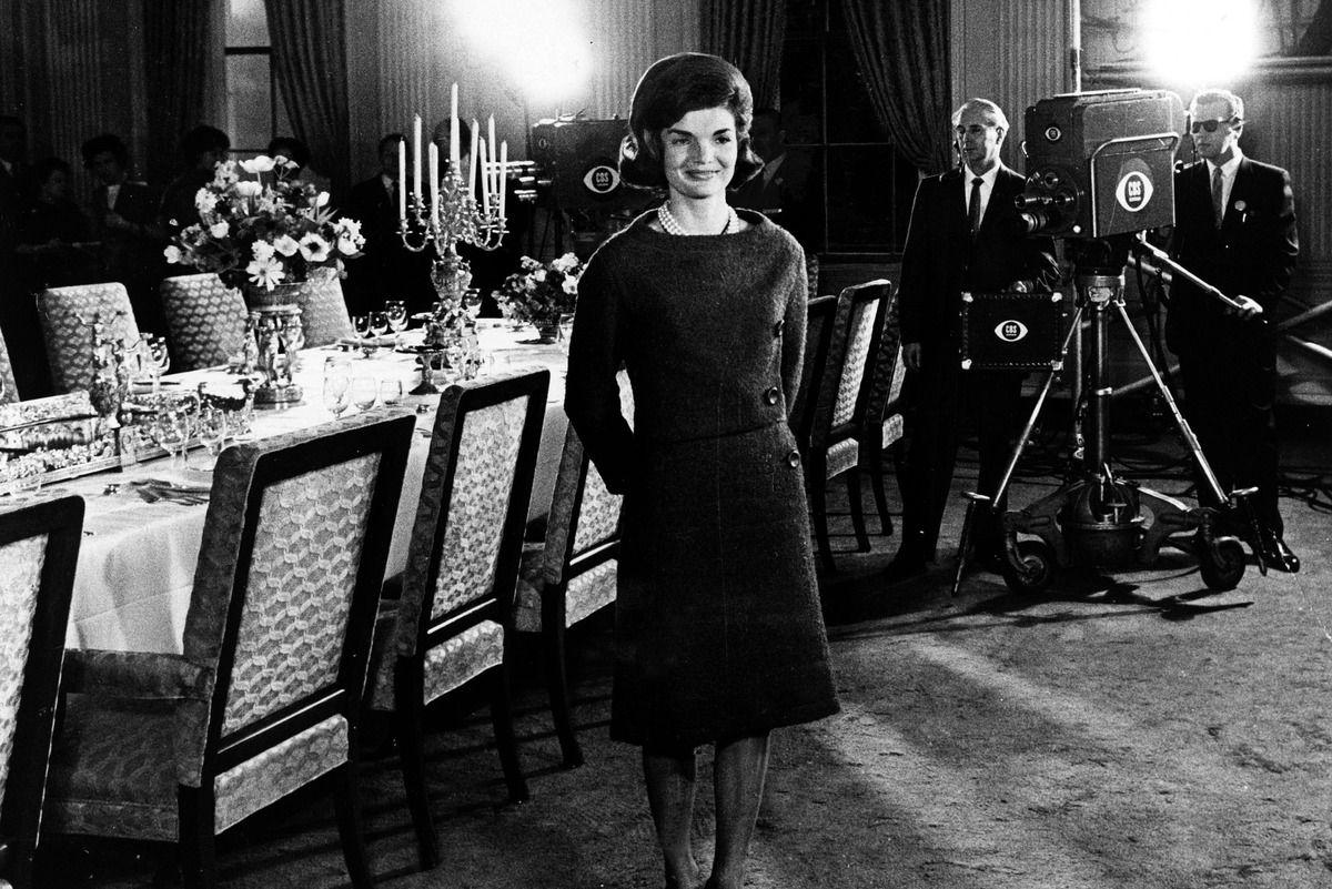 February 7 1962 Television Programjacqueline Kennedy Onislook Booksthe Whitehouse Tourswhite