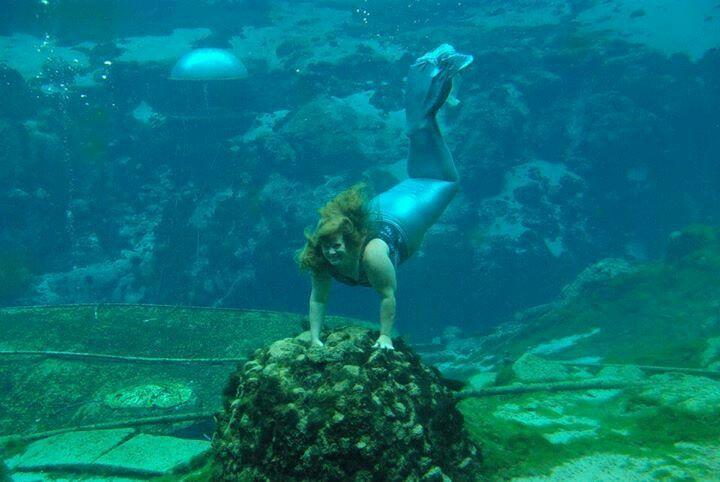 Mermaid Marie diving in the blue at Weeki Wachee Springs
