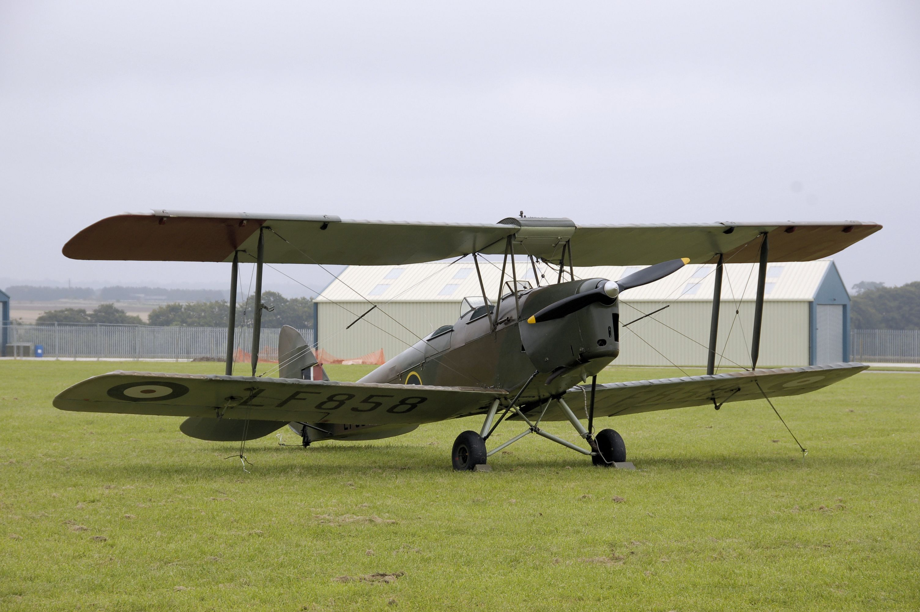 De_havilland_dh82b_queen_bee_lf858_arp.jpg (3008×2000