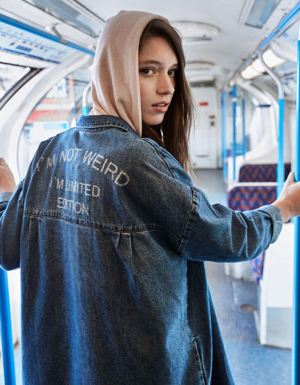 Chaqueta denim larga lettering espalda. Descubre ésta y muchas otras prendas en Bershka con nuevos productos cada semana