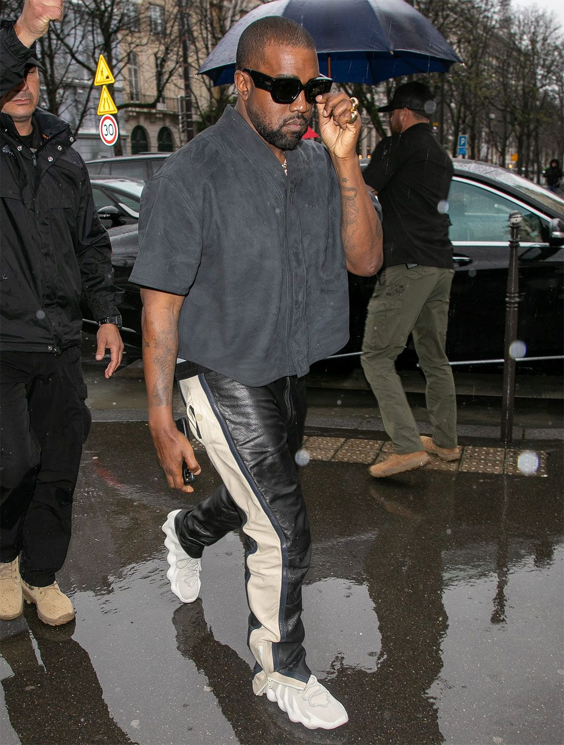Kanye West Zeigt Den Yeezy 451 Auf Der Paris Fashion Week In 2020 Kanye West Style Kanye West Outfits Yeezy