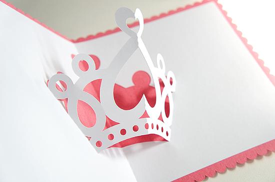 Vamos aprender a fazer um Cartão de Coroa ?! Para montá-lo eu utilizei a Silhouette Cameo  para fazer os recortes, e o desenho do cartão eu...