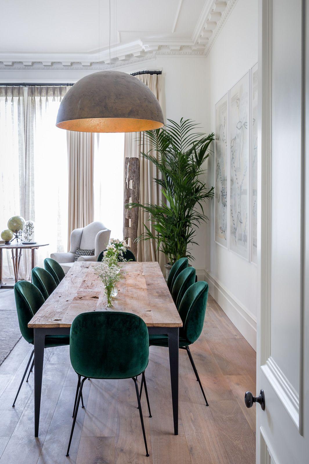 Salle A Manger Avec Table Rustique En Bois Et Chaises En Velours Vert Ainsi Qu Une Suspension En Bet Minimalist Dining Room Grey Dining Room Elegant Home Decor