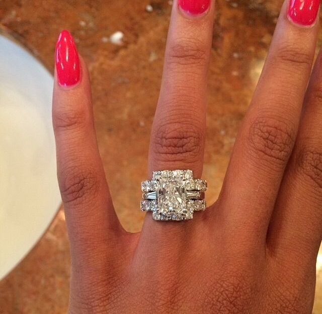 Too Big For Me But Woooowwwww That S A Big Piece Of Ice Her Fiance Must Be Loaded Wedding Rings Engagement Dream Engagement Rings Engagement Rings