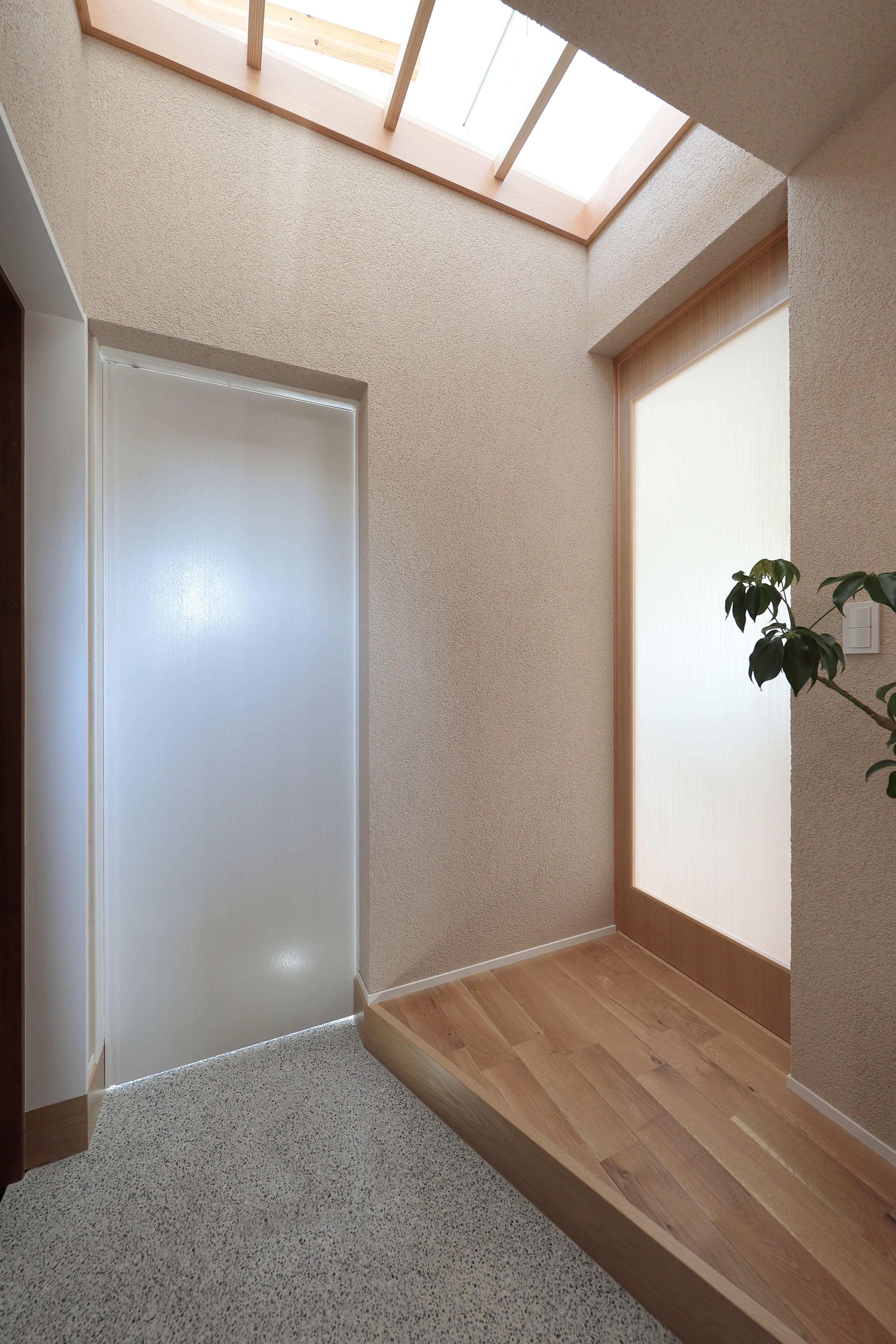 吹き抜けの部分を利用して 自然光で玄関を明るくする 玄関 自然光
