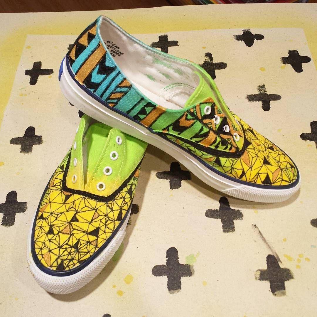 Today at work, customizing shoes becomes a disease!!! #customisation #customizemyshoes #paintingonmyshoes #painting #marabu #posca #diy #tennis #sneackers #fashionspray #loisirsetcreation #demonstration